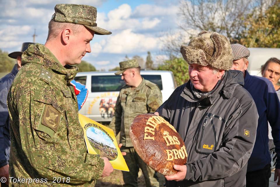 Titanen on tour - Übergabe des Friedensbrotes an die Soldaten