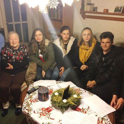 Adventsingen - Jugendliche mit der Weihnachtsbotschaft zu Besuch bei älteren Menschen