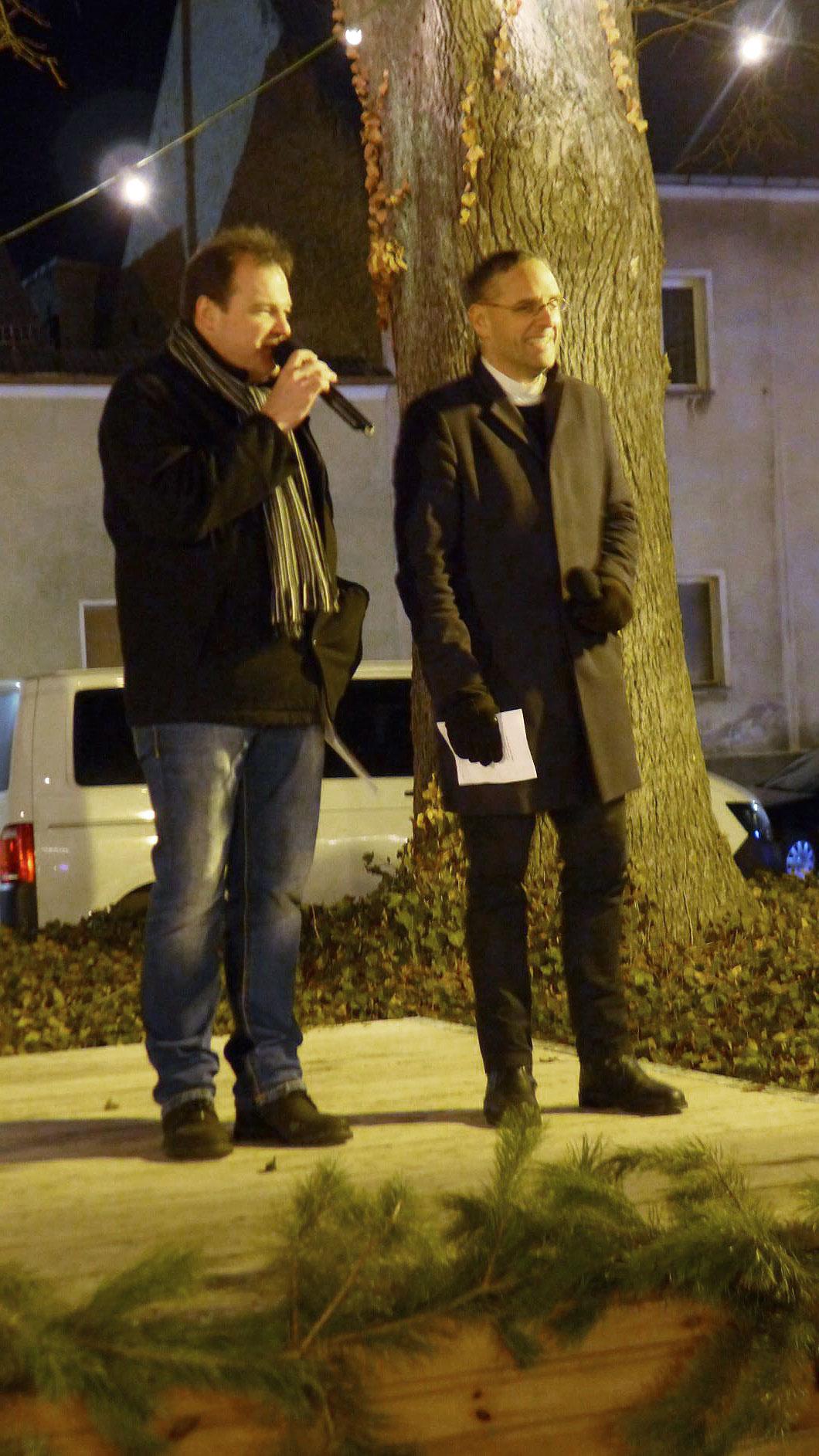 Vizebürgermeister und Pfarrer beim gemeinsamen Gesang - Weihnachtskonzert in der Lambertuskirche 2018