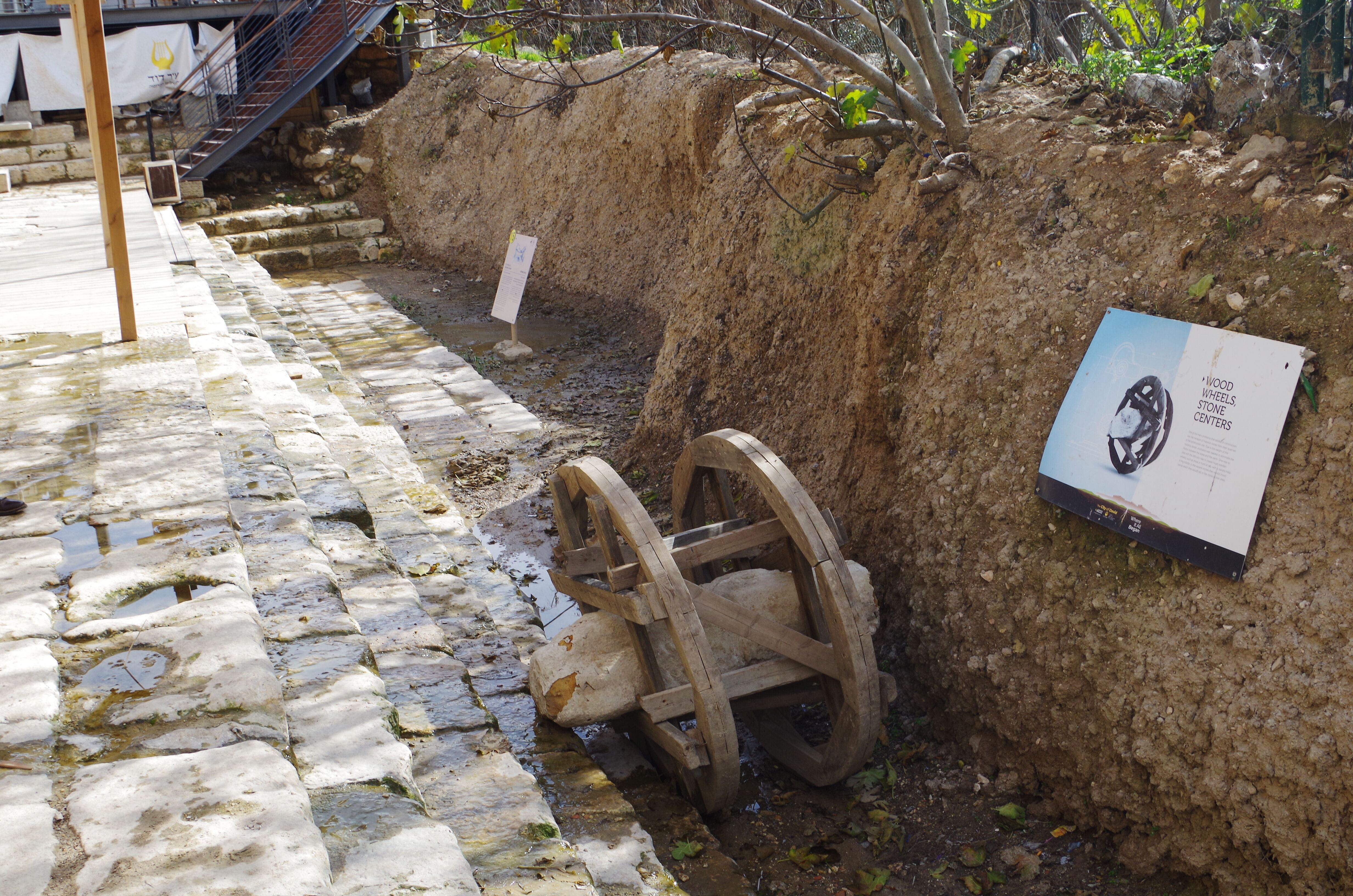 Israel - ausgegrabener Teich Siloah in der Davidstadt (Jerusalem) mit Steintransportmittel