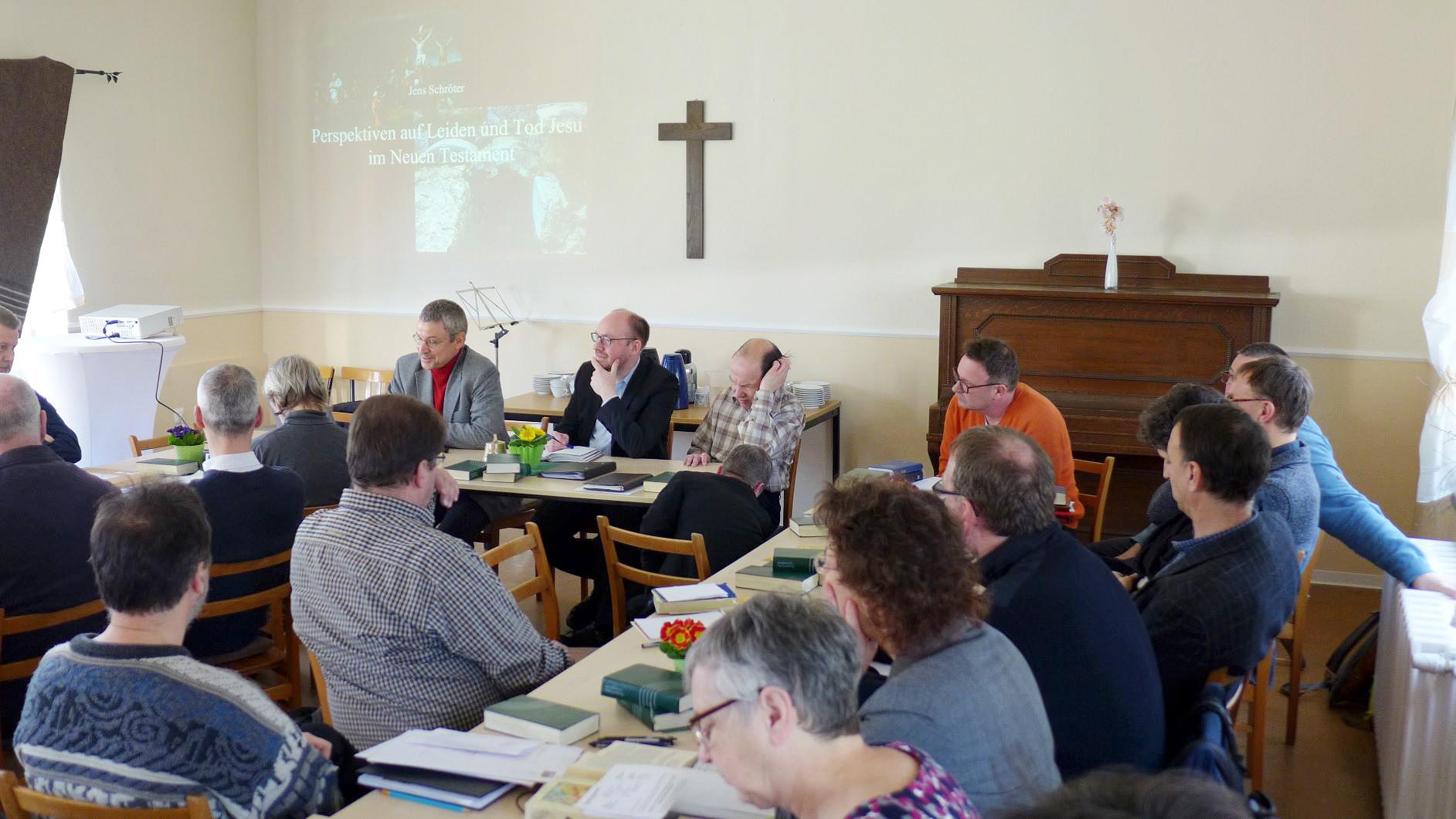 Prof. Jens Schröter und 30 Pfarrer aus dem Kirchenkreis in Brück