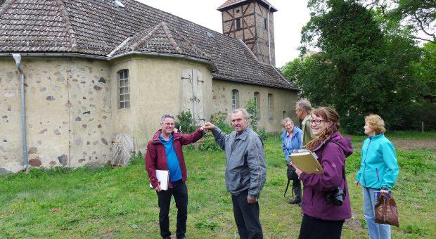 Kirchenrat Brauer übergibt den Kirchenschlüssel an Architekt Winkler - Schlüsselübergabe an der Neuendorfer Kirche