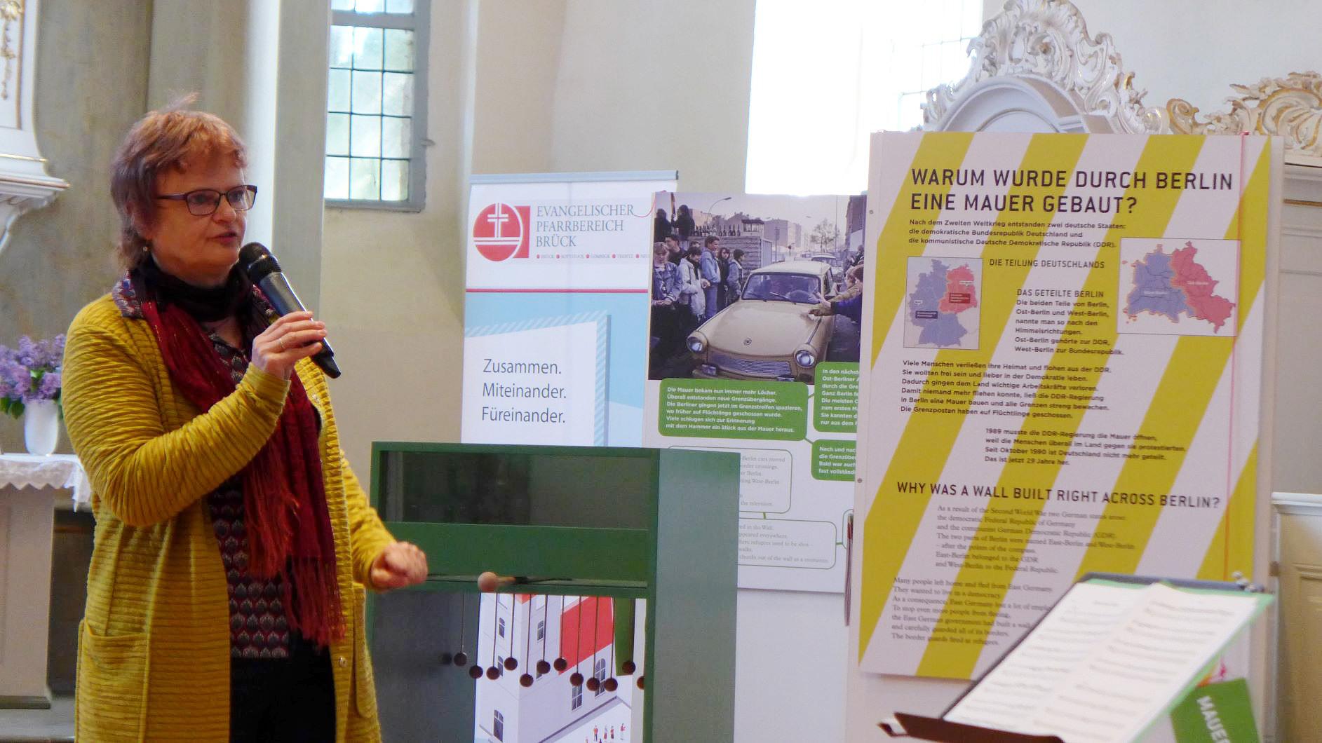"""Maria Nooke erläutert und eröffnet die Ausstellung """"Komm doch mal rüber"""" in Brück"""