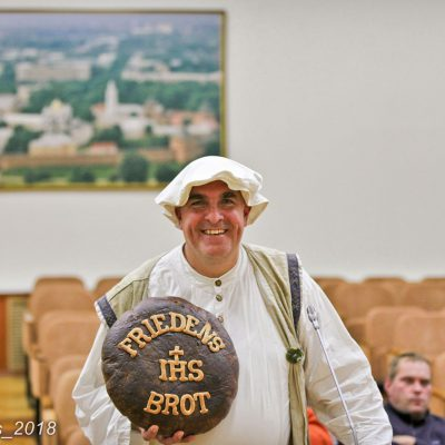 Bäckermeister Plentz mit Friedensbrot in Nowgorod - Titanen on Tour 2018