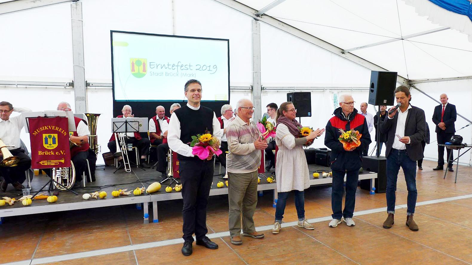 Bürgermeister Schimanowski ehrt Mitglieder der Flüchtlingsinitiative Bruck hilft - Erntefest 2019 in Brück
