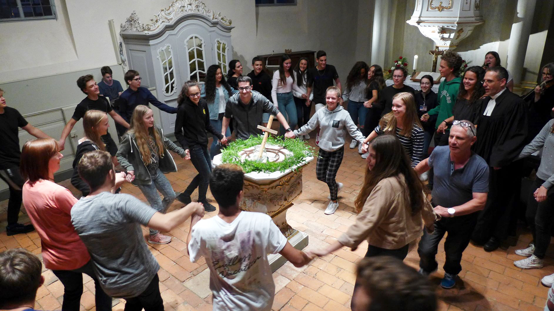 gemeinsamer Tanz von Juden, Christen und Heiden - Jugendaustausch Le Chaim Israel-Belzig
