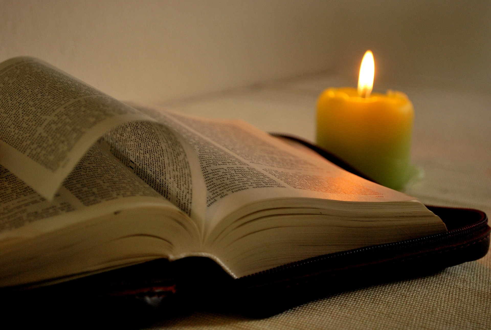 Kerze und Bibel
