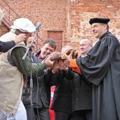 Friedensbrot im Kreml von Nowgorod übergeben