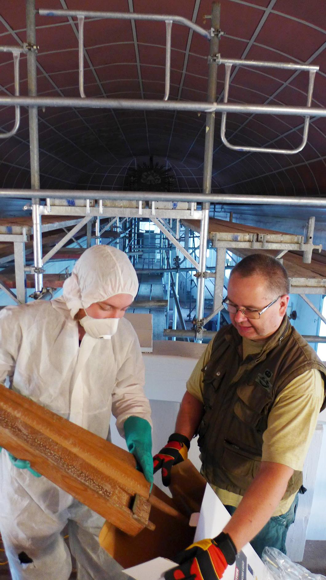 Die Giftflöten werden fachgerecht verpackt - Eselpilgerlichtkirche Neuendorf