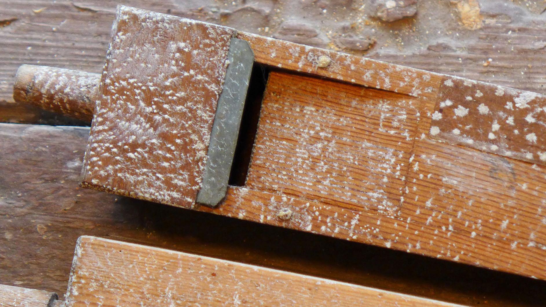 kristallisiertes Gift an den Flöten der Orgel - Eselpilgerlichtkirche Neuendorf