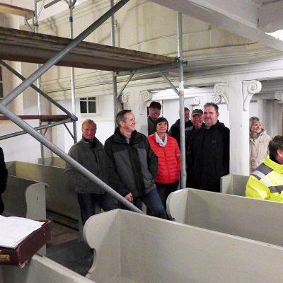 Kirche Neuendorf: Versammlung von Heiden und Christen