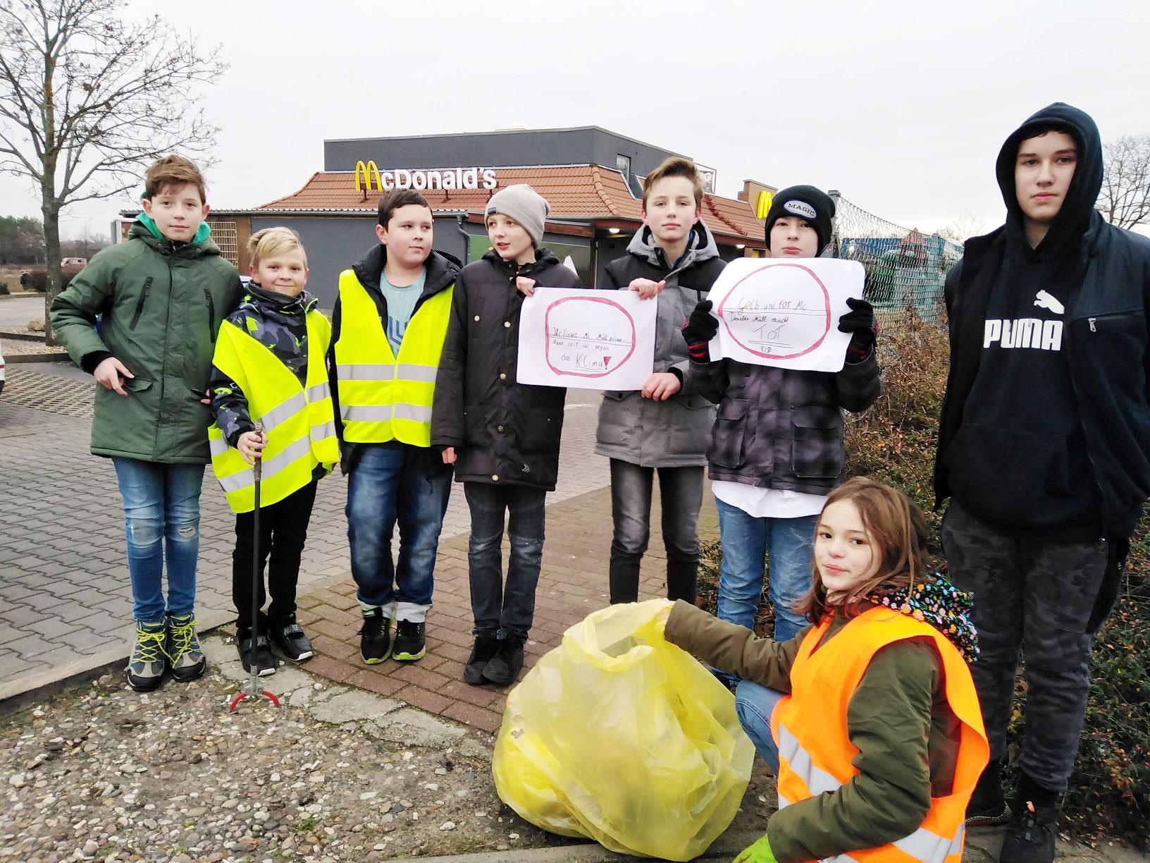 """Schüler machen auf Müll aufmerksam - Praxis-Projekt: """"Der Müll muss weg"""""""