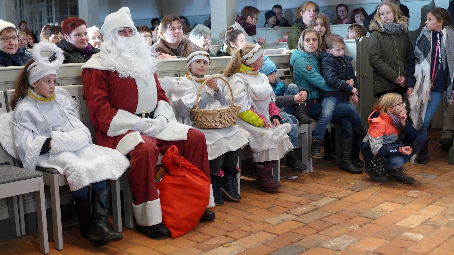Weihnachtsmann mit seinen Helfern
