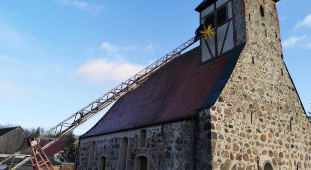 Kirche Gömnigk mit dem Stern von Bethlehem