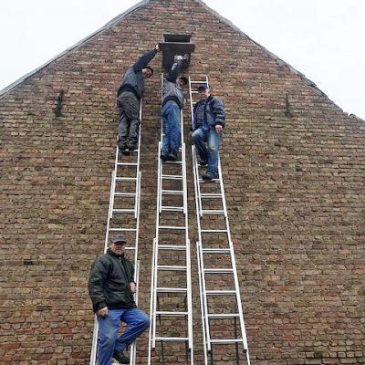 Eselpilgerlichtkirche - Nistkasten für den Falken wird angebracht