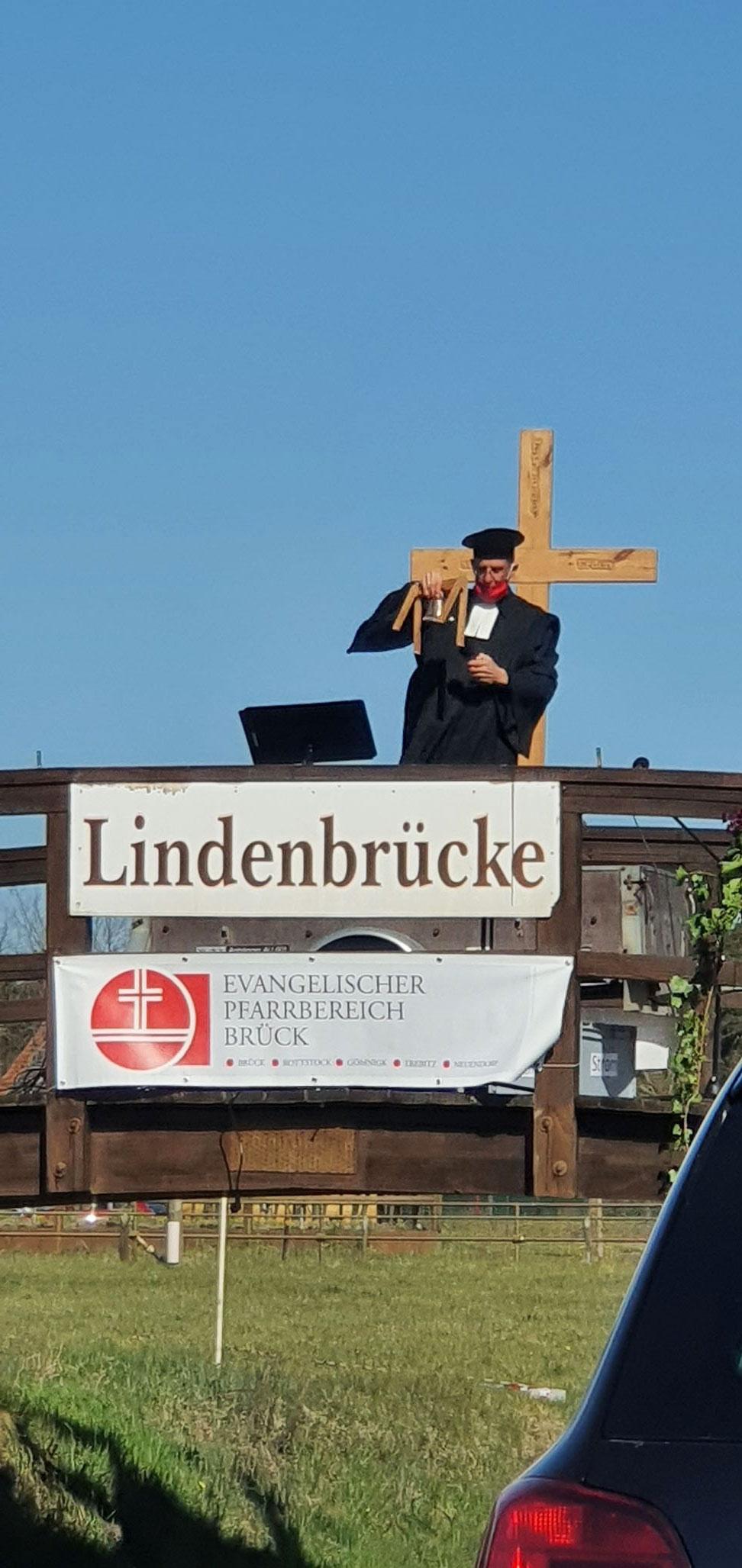 Pfarrer Kautz läutet die Glocke