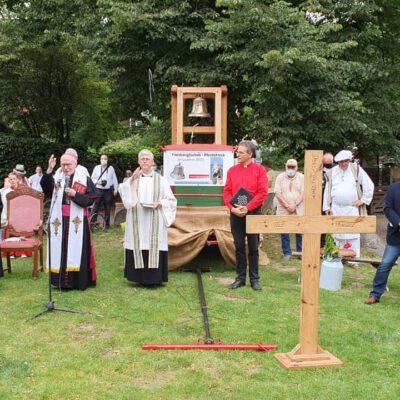 der Erzbischof segnet Pferde Mensch und Glocke