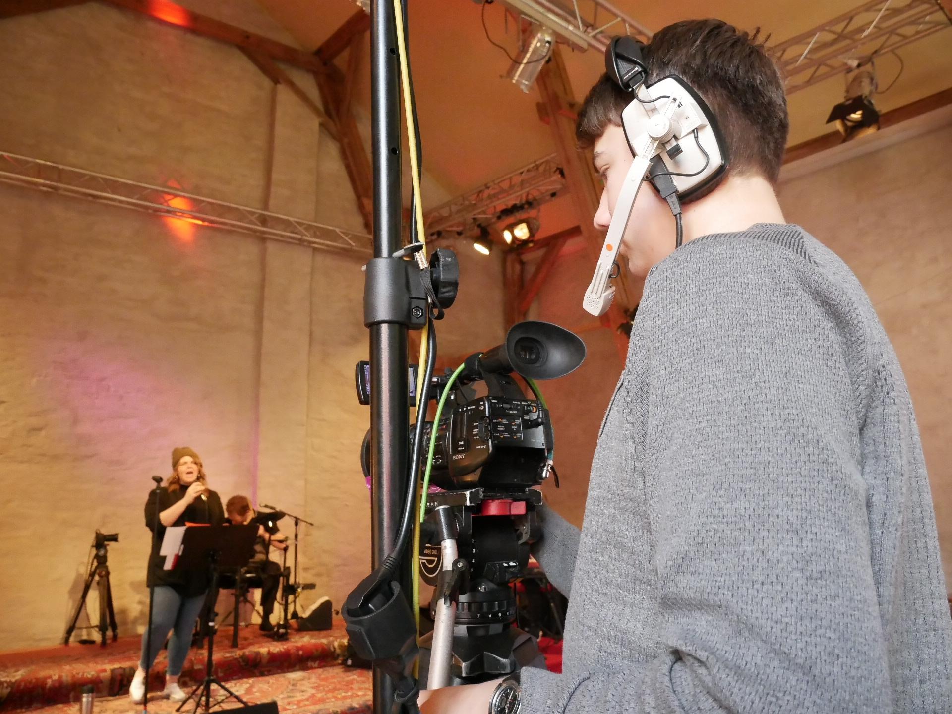 Jakob Weiße an der Kamera filmt die Band