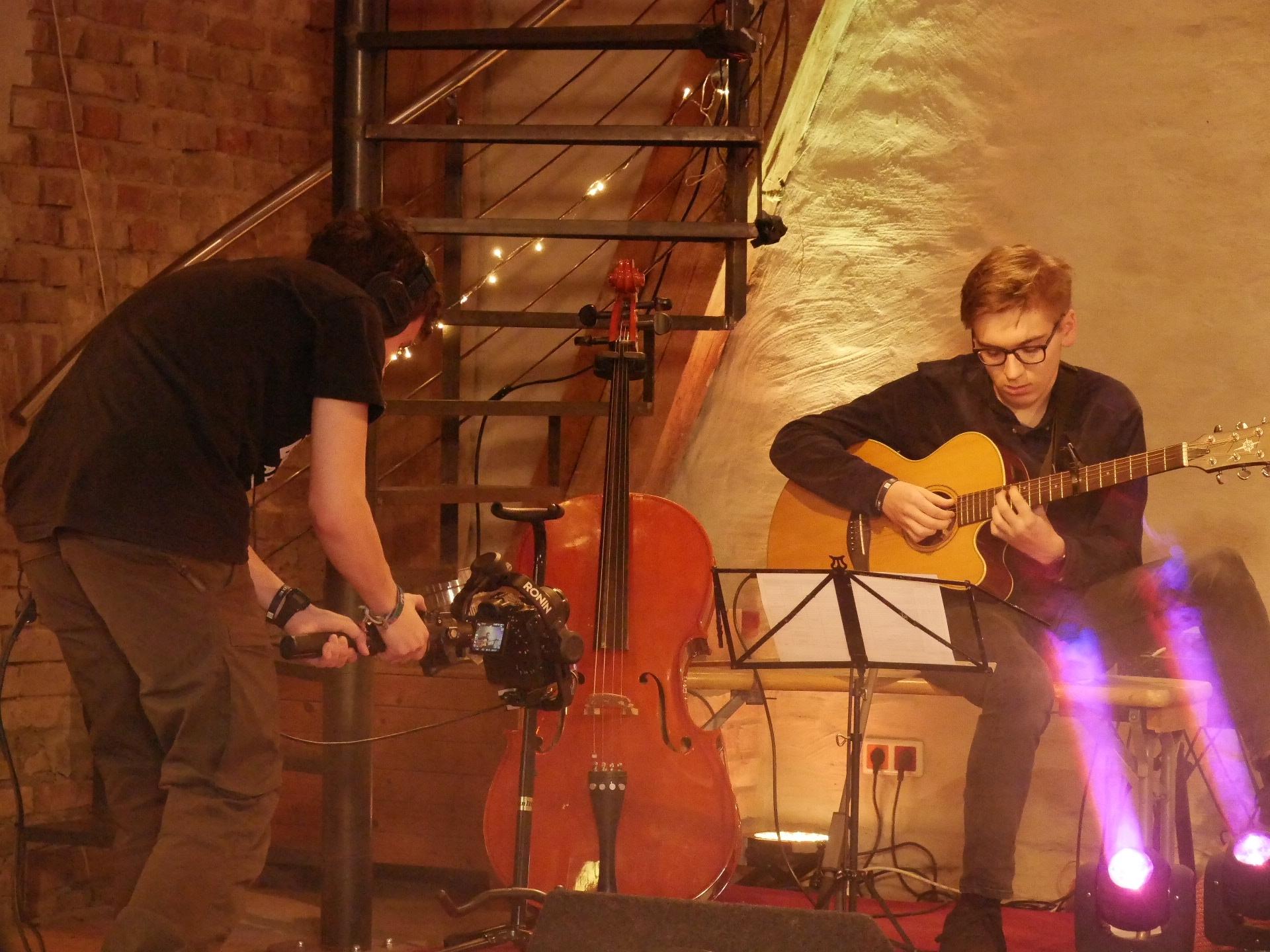 Josua Klassen filmt Daniel Schmid beim Gitarrensolo