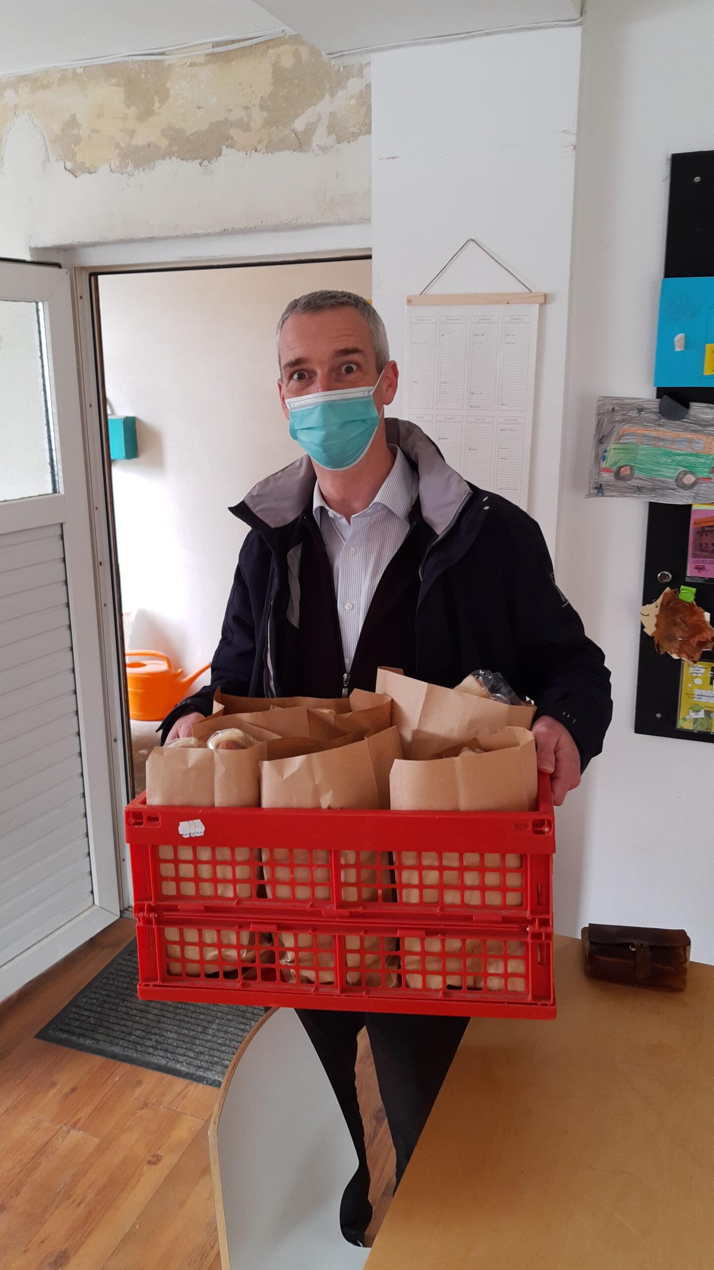 Pfr. Stephan aus Rädigke holt die HotDogs Pakete für seine Konfis ab