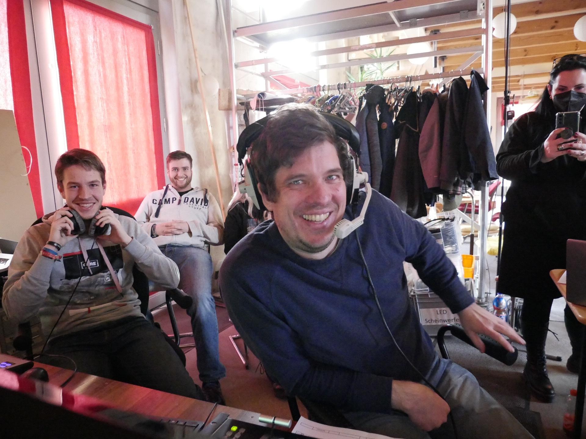 Über Kopfhörer erhalten die Kameraleute Regieanweisungen von Jan Schneider am Videoschnittpult